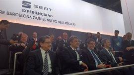 El ministro Álvaro Nadal se anima a probar la experiencia 4D de Seat