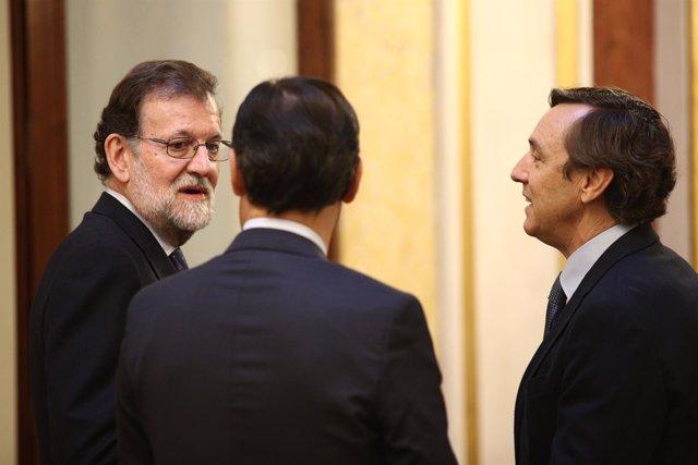Rajoy, Fernando Martínez Maíllo y Rafael Hernando en los pasillos del Congreso