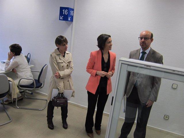 La consejera Dolores Carcedo visita la oficina de Campaña de Renta 2016