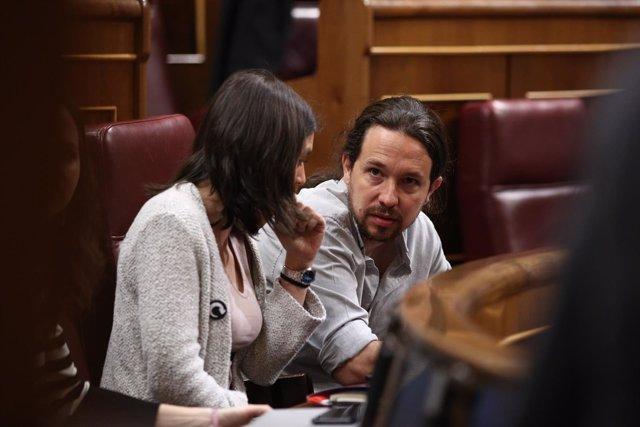 Irene Montero y Pablo Iglesias sentados en sus escaños en el Congreso