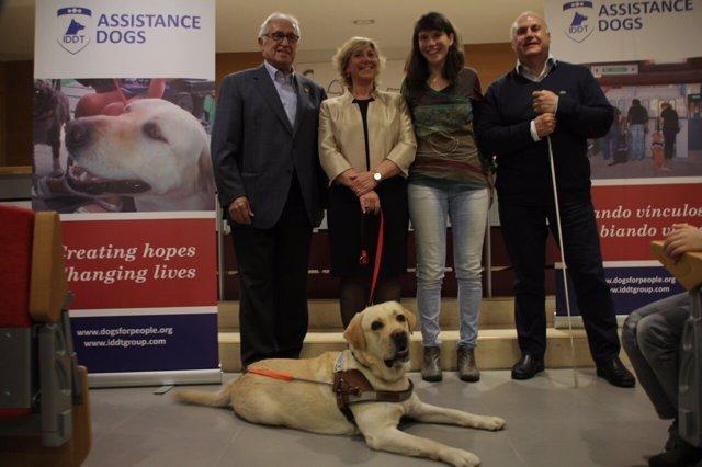 Entrega del primer perro guía aidestrado en Catalunya