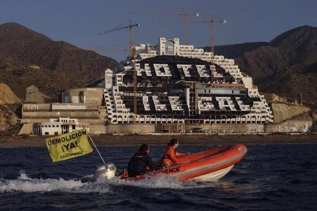 Una zódiac de Greenpeace navega frente al hotel de El Algarrobico