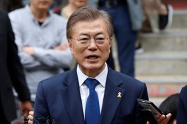 El nuevo presidente surcoreano acuerda cooperar con Japón para lidiar con la crisis de Corea del Norte