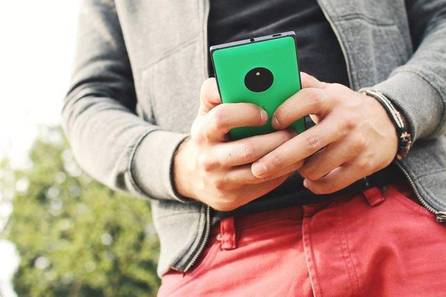 Adolescente joven móvil pantalla tecnología red social whatsapp