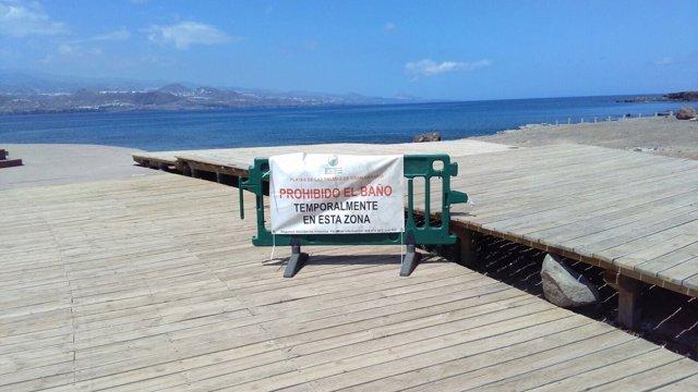 Np+Audio+Foto. El Ayuntamiento Cierra Temporalmente Al Baño La Playa De El Confi