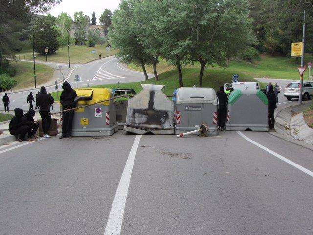 Una de las barricadas en los acceso a la UAB