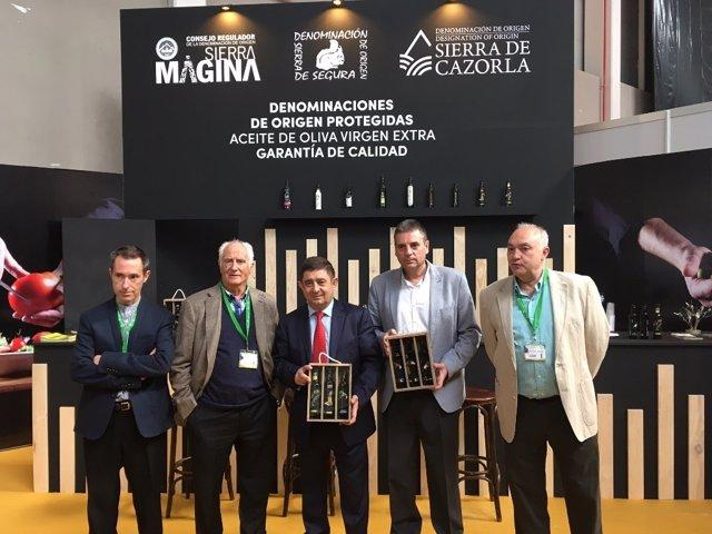 Reyes (c) visita el estand de las denominaciones de aceite de Jaén en Expoliva