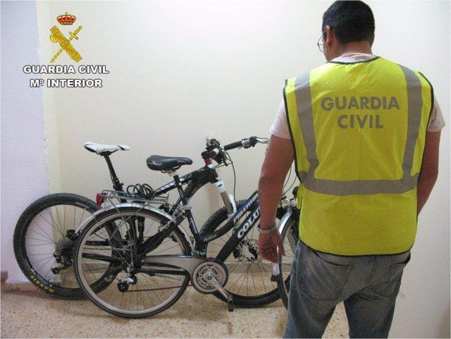 Un agente ante dos de las bicis recuperadas