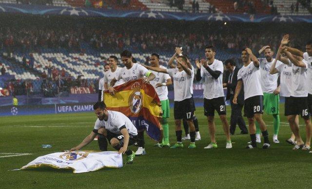 Nacho pone la bandera del Real Madrid en el césped del Calderón