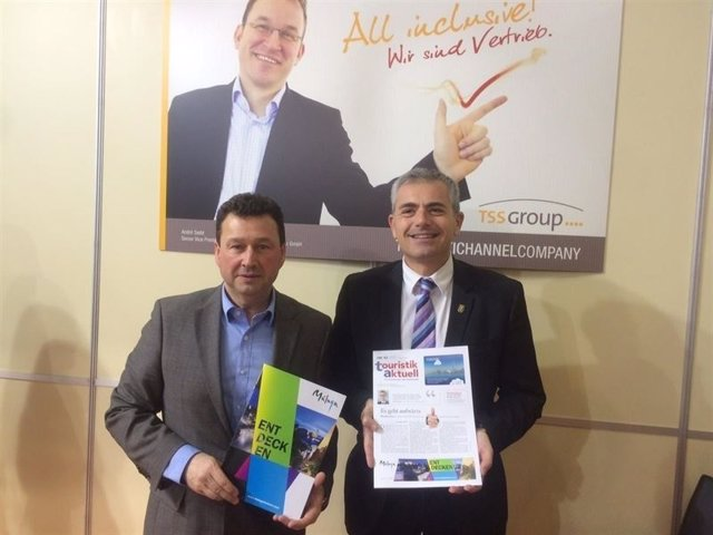El concejal de Turismo, Julio Andrade, junto al responsable de TSS