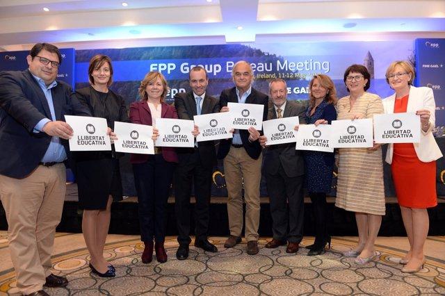 Miembros del PP en el parlamento europeo muestran carteles de libertad educativ