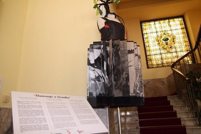 Vestido de papel, homenaje al 80º aniversario del bombardeo de Gernika