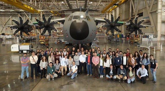 El grupo de alumnos junto a uno de los aviones