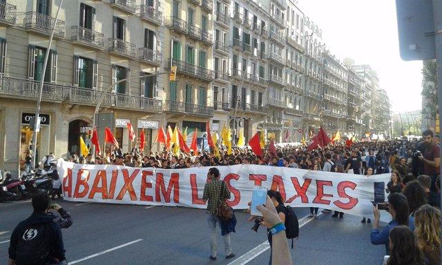 Estudiantes se manifiestan en Barcelona por la rebaja de tasas universitarias