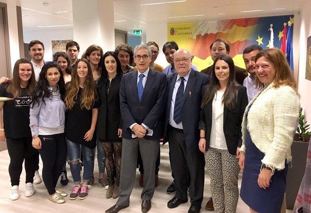 Juan José Sota y Ramón Jáuregui en Bruselas con líderes juveniles cántabros