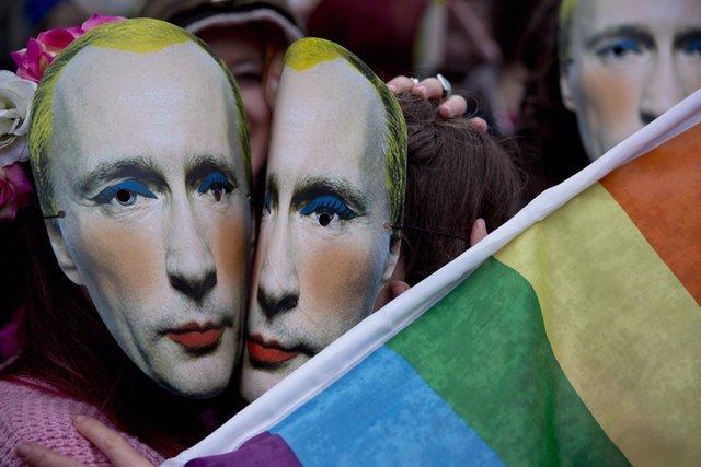 Mascaras de Putin en una protesta en favor de la comunidad LGTB