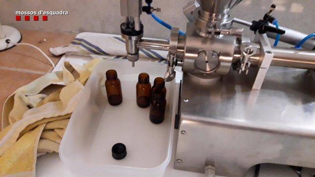 Medicamentos hechos con productos industriales decomisados por los Mossos