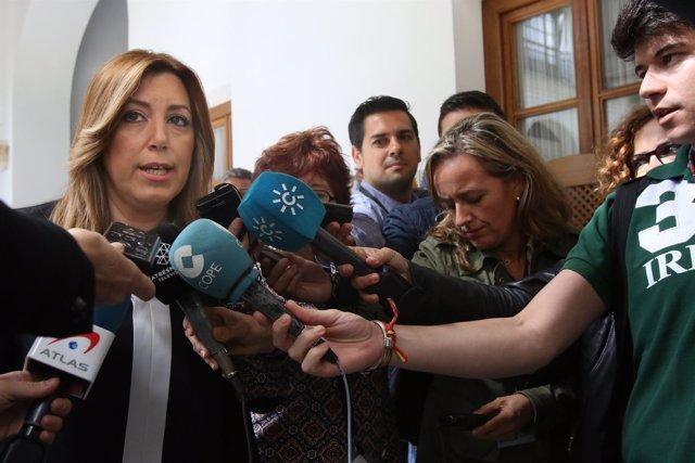 Susana Díaz atiende a los medios en los pasillos del Parlamento andaluz