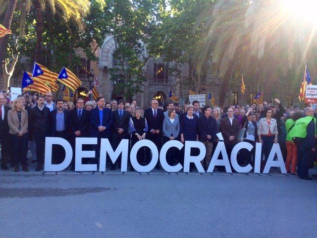L.Corominas, R.Barrufet y una comitiva de políticos frente al TSJC