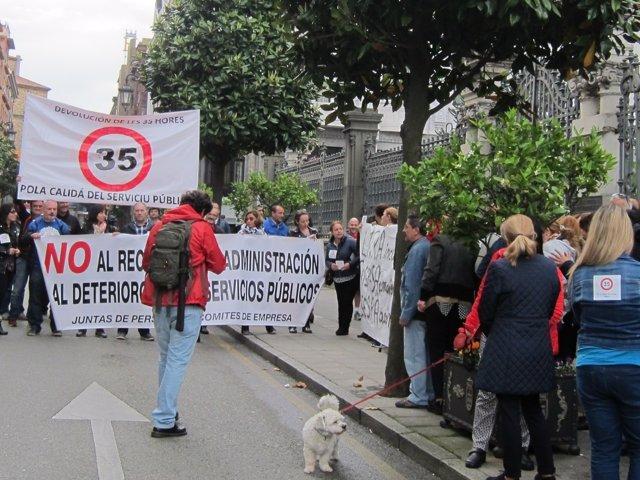 Funcionarios asturianos se concentran ante la Junta General