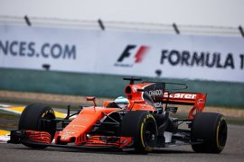 Alonso rompe nada más salir a pista y se va a jugar a pádel
