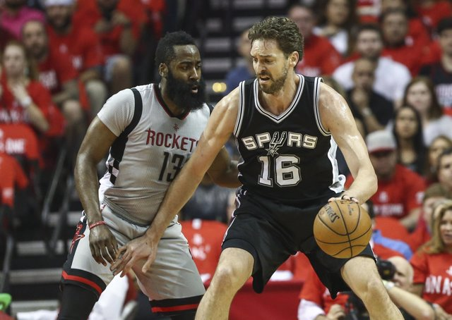 Pau Gasol (Spurs) y James Harden (Rockets)