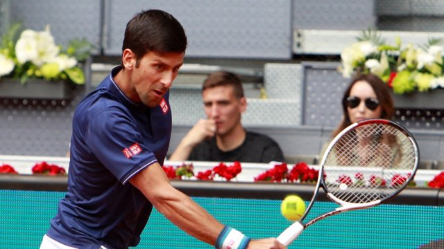 Novak Djokovic ejecuta un golpe