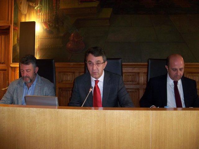 Martínez Majo, (centro) durante el pleno extraordinario