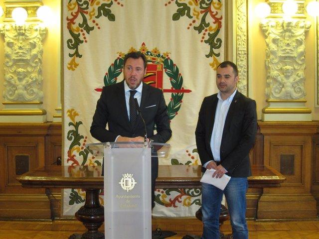 Óscar Puente junto al alcalde de Tarrasa, Jordi Ballart