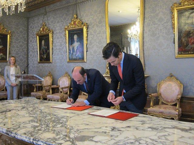 Manu Ayerdi y Pablo Zalba en la firma del convenio