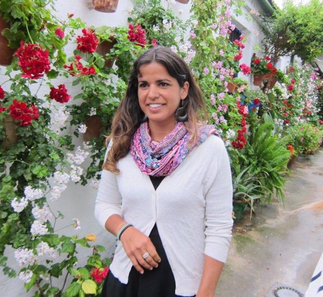 Teresa Rodríguez en un patio de Córdoba