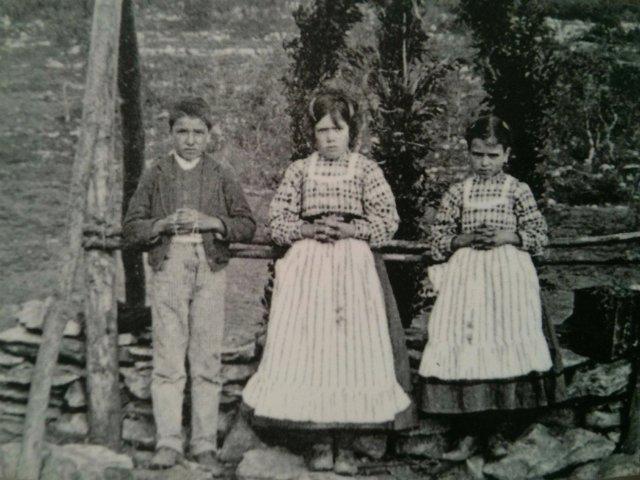 Foto de los tres pastorcillos a los que se apareció la Virgen en Fátima