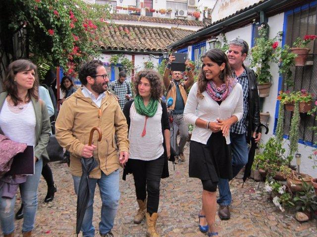 Teresa Rodríguez (dcha.) en un patio de Córdoba con otros dirigentes de Podemos