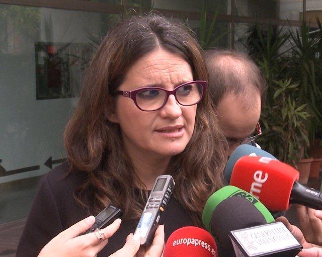 Mónica Oltra haciendo declaraciones a los periodistas