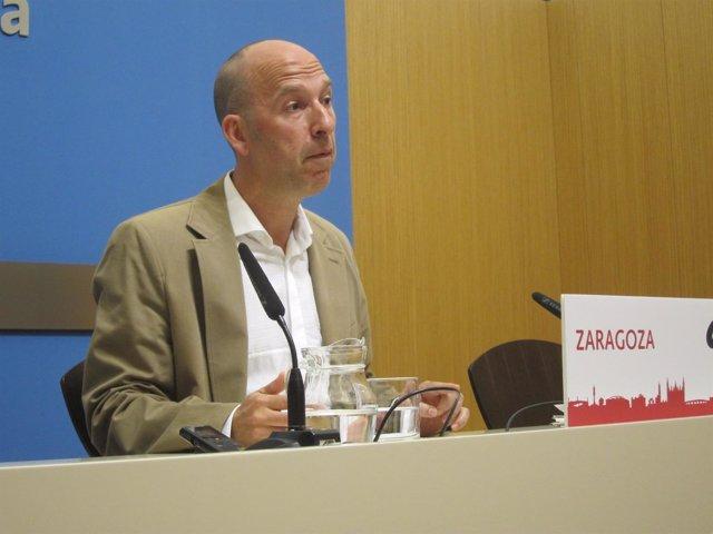 El portavoz de CHA, Carmelo Asensio, en rueda de prensa en el Ayuntamiento
