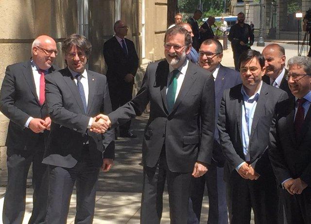 Presidentes C.Puigdemont y M.Rajoy antes de un almuerzo del Automobile