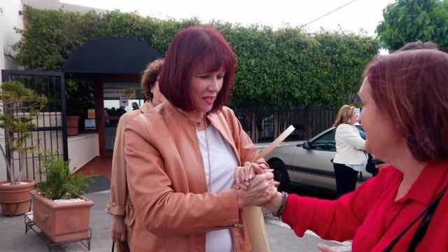 Micaela Navarro saluda a una militante del PSOE antes del encuentro