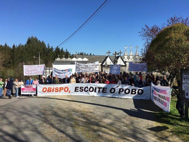 Manifestación contra el traslado del párroco a Quiroga