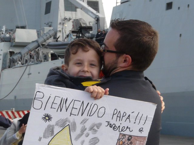 Militar saludando a su hijo al llegar a puerto