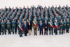 """El Rey supervisa en Aranjuez el """"completo y exigente"""" plan de estudios de los futuros oficiales de la Guardia Civil"""