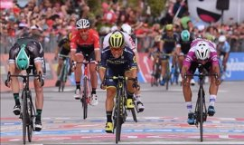 Caleb Ewan se estrena en el Giro al esprint en un final de 'photo finish'