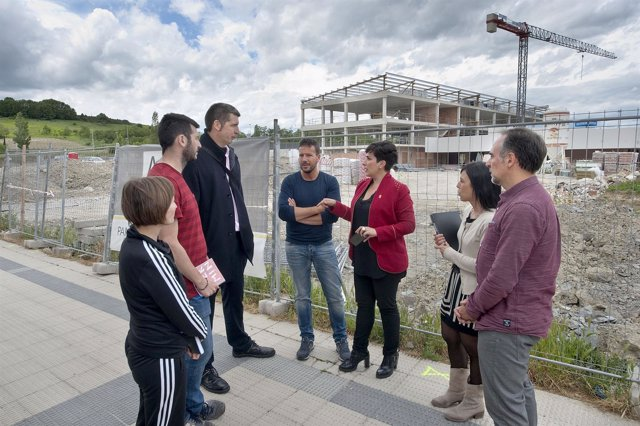 María Solana junto con el equipo directivo del colegio público de Buztintxuri