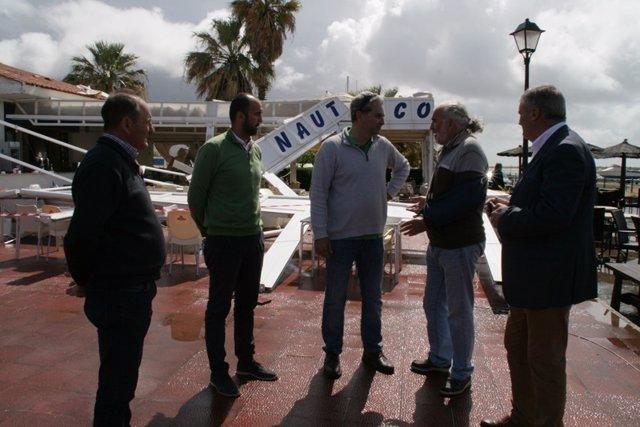 Alcalde de Cartaya y ediles visitan el Club Náutico Río Piedras tras el tornado.
