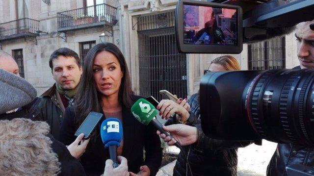 Begoña Villacís atiende a los medios en la Plaza de la VIlla