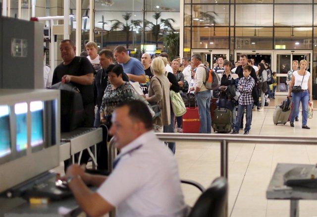Turistas rusos hacen cola en el aeropuerto de Sharm el Sheij