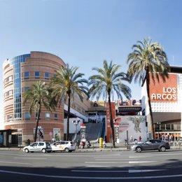 Vista de la parta exterior del Centro Comercial Los Arcos.