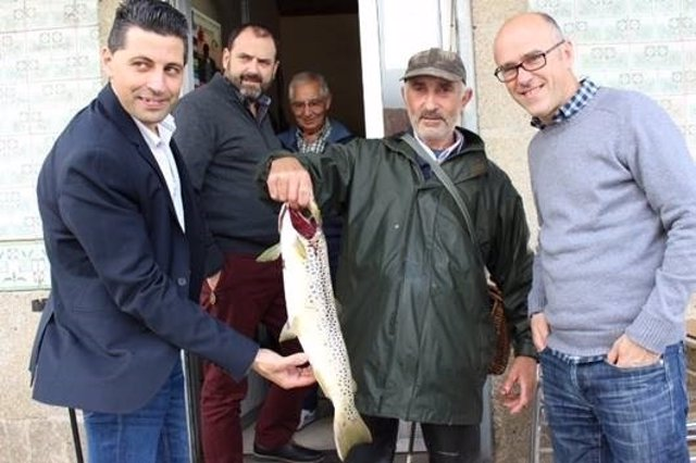 Un pescador captura una trucha de casi tres kilos en él Rio Verdugo.
