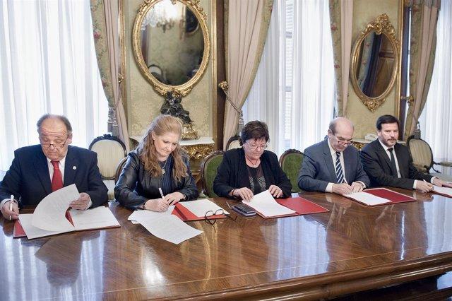 Firma del convenio de colaboración con los colegios de abogados
