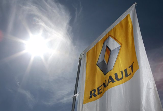 Logotipo de Renault junto a una planta en Niza