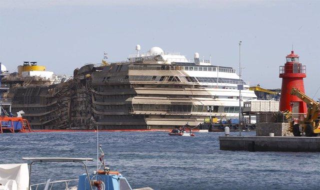 Los restos del crucero Costa Concordia tras ser reflotado en la bahía de Giglio